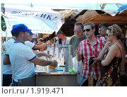 Купить «Бармен наливает посетителям пиво на Фестивале пива и кваса в Сочи, 2010 год», эксклюзивное фото № 1919471, снято 21 августа 2010 г. (c) Анна Мартынова / Фотобанк Лори