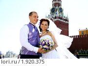Купить «Жених и невеста на фоне Кремля», фото № 1920375, снято 14 июля 2010 г. (c) Андрей Аркуша / Фотобанк Лори