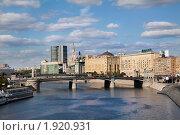 Вид с пешеходного моста на Ростовскую набережную и Бородинский мост, Москва (2010 год). Редакционное фото, фотограф Николай Винокуров / Фотобанк Лори