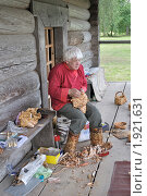 Купить «Мастер по плетению из бересты», фото № 1921631, снято 21 августа 2010 г. (c) Виктор Карасев / Фотобанк Лори