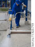 Рабочий регулирующий вентиль на трубопроводе (контроль погрузки жидкого азота) (2009 год). Редакционное фото, фотограф Ivan Ru / Фотобанк Лори