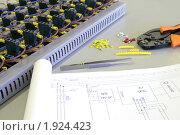 Купить «Схема для подключения и собранная панель», фото № 1924423, снято 4 июня 2007 г. (c) Юрий Кобзев / Фотобанк Лори