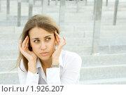 Молодая деловая женщина с головной болью. Стоковое фото, фотограф Allika / Фотобанк Лори