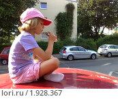 Купить «Девочка ест мороженое на крыше автомобиля», фото № 1928367, снято 11 июля 2010 г. (c) Aleksej Penkov / Фотобанк Лори