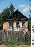 Купить «Углич. Одноэтажный жилой дом с деревянным забором», эксклюзивное фото № 1928991, снято 14 августа 2010 г. (c) lana1501 / Фотобанк Лори