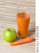 Купить «Стакан морковно-яблочного сока», фото № 1933939, снято 2 мая 2010 г. (c) Игорь Соколов / Фотобанк Лори