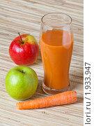 Купить «Стакан морковно-яблочного сока», фото № 1933947, снято 2 мая 2010 г. (c) Игорь Соколов / Фотобанк Лори
