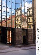 Купить «Отражение старинных зданий в стеклянных стенах современного офисного здания», фото № 1935731, снято 4 июля 2010 г. (c) Илюхина Наталья / Фотобанк Лори