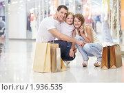Купить «Счастливая семья в торговом центре», фото № 1936535, снято 6 августа 2010 г. (c) Raev Denis / Фотобанк Лори