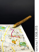 Карта, маршрут и карандаш на темном фоне. Стоковое фото, фотограф Антон Ляшенко / Фотобанк Лори