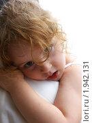 Девочка у папы на плече, грустный взгляд. Стоковое фото, фотограф Nataliya Sabins / Фотобанк Лори