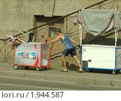 Продавец кока-колы и мороженого,везущий лотки с товаром к месту продажи (2010 год). Редакционное фото, фотограф игорь иванов / Фотобанк Лори