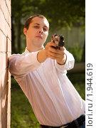 Купить «Мужчина с пистолетом», фото № 1944619, снято 18 июня 2010 г. (c) Яков Филимонов / Фотобанк Лори