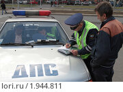 Купить «Сотрудник ДПС на работе», фото № 1944811, снято 31 августа 2010 г. (c) Андрей Жухевич / Фотобанк Лори