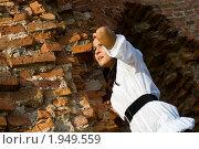 Девушка у кирпичной стены. Стоковое фото, фотограф юлия юрочка / Фотобанк Лори