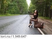 Симпатичная молодая девушка ловит машину на пригородной дороге. Стоковое фото, фотограф Дмитрий Смиренко / Фотобанк Лори
