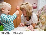 Мальчик играет на диване с мамой в куклы. Стоковое фото, фотограф Артем Костров / Фотобанк Лори