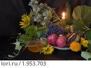 Купить «Фрукты и мед на темном фоне при свече», фото № 1953703, снято 20 августа 2010 г. (c) Владимир Фаевцов / Фотобанк Лори