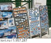 Купить «Торговля сувенирами на улочке в городке Ия. Санторини, Греция», эксклюзивное фото № 1957287, снято 19 августа 2010 г. (c) Щеголева Ольга / Фотобанк Лори