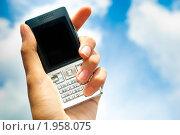 Мобильный телефон в женской руке на фоне неба. Стоковое фото, фотограф Андрей Кидинов / Фотобанк Лори