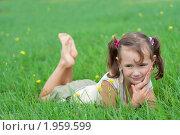 Девочка лежит на зеленой траве. Стоковое фото, фотограф Артём Скороделов / Фотобанк Лори