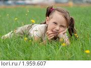 Девочка на траве. Стоковое фото, фотограф Артём Скороделов / Фотобанк Лори