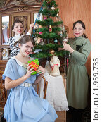 Купить «Женщины украшают новогоднюю елку», фото № 1959735, снято 28 ноября 2009 г. (c) Яков Филимонов / Фотобанк Лори
