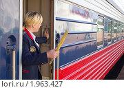 Купить «Отправление поезда. Проводник держит сигнальный флажок», фото № 1963427, снято 29 июля 2010 г. (c) Вячеслав Палес / Фотобанк Лори
