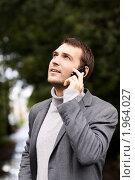 Купить «Молодой мужчина разговаривает по мобильному телефону в осеннем парке», фото № 1964027, снято 3 сентября 2010 г. (c) Андрей Аркуша / Фотобанк Лори