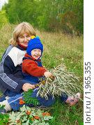 Купить «Бабушка с внучкой на прогулке», фото № 1965355, снято 9 сентября 2010 г. (c) Олег Кириллов / Фотобанк Лори