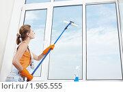 Купить «Девушка моет окно», фото № 1965555, снято 27 июля 2010 г. (c) Raev Denis / Фотобанк Лори