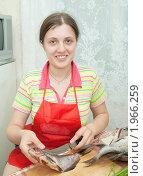 Девушка готовит рыбу. Стоковое фото, фотограф Яков Филимонов / Фотобанк Лори