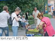 Купить «Нерусская женщина продает на улице фрукты», фото № 1972875, снято 28 июля 2010 г. (c) Артем Костров / Фотобанк Лори