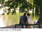 Купить «Жених и невеста сидят на лавочке. Романтичная пара», фото № 1974683, снято 20 мая 2019 г. (c) Виктор Водолазький / Фотобанк Лори