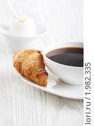 Купить «Круассан и кофе крупным планом», фото № 1982335, снято 4 сентября 2010 г. (c) Дарья Петренко / Фотобанк Лори