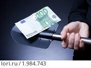 Купить «Тёмный фон - Делаем деньги (сто евро на лопате в руке)», фото № 1984743, снято 27 августа 2010 г. (c) Денис Миронов / Фотобанк Лори