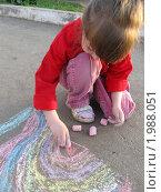 Девочка рисует на асфальте. Стоковое фото, фотограф Светлана Петрова / Фотобанк Лори