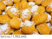 Купить «Пирожное с кокосовыми стружками», фото № 1992643, снято 27 июля 2010 г. (c) Денис Миронов / Фотобанк Лори