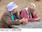 Купить «Две бабушки разговаривают сидя за столиком на улице», фото № 1993039, снято 18 августа 2010 г. (c) Вячеслав Палес / Фотобанк Лори
