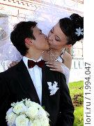 Поцелуй молодоженов в городском сквере. Стоковое фото, фотограф Евгений Курлыкин / Фотобанк Лори