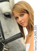 Купить «Красивая девушка с белой лошадью», фото № 2005331, снято 3 сентября 2010 г. (c) Титаренко Елена / Фотобанк Лори