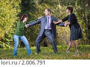 Купить «Две девушки не поделили одного молодого человека», фото № 2006791, снято 26 сентября 2010 г. (c) Сергей Лаврентьев / Фотобанк Лори