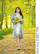 Купить «Девушка в осеннем парке», фото № 2007735, снято 26 сентября 2010 г. (c) Яков Филимонов / Фотобанк Лори
