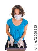 Девушка с ноутбуком в перчатках и маске. Стоковое фото, фотограф Никита Буйда / Фотобанк Лори
