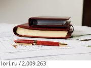 Купить «Документы и ручка на рабочем столе», фото № 2009263, снято 21 августа 2010 г. (c) Андрей Липко / Фотобанк Лори
