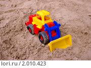 Игрушечный трактор в песке. Стоковое фото, фотограф Денис Гоппен / Фотобанк Лори