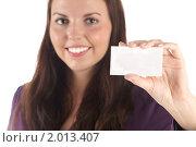 Купить «Улыбающаяся молодая девушка с пустой визиткой (фокус на руке) (изолированно на белом фоне)», фото № 2013407, снято 24 сентября 2010 г. (c) Самохвалов Артем / Фотобанк Лори