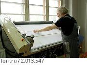 Мастер-багетчик работает на станке по изготовлению паспарту.Багетная мастерская. Стоковое фото, фотограф игорь иванов / Фотобанк Лори