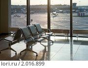 Вид на пустые кресла в зале ожидания аэропорта  и взлетное поле (2010 год). Стоковое фото, фотограф Кравченко Юлия / Фотобанк Лори