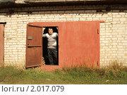 Купить «Мужчина в гараже», фото № 2017079, снято 27 сентября 2010 г. (c) Илья Алтухов / Фотобанк Лори